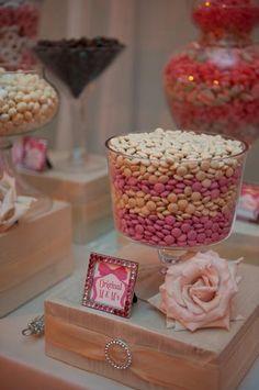 Un display muy elegante para una mesa de dulces en una boda / A very elegant way to display sweets at a wedding