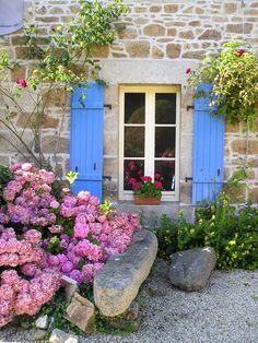 I need to discover more of Bretagne! Here is a beautiful little Chambre d'hôtes in Trélévern, BRETAGNE French Cottage, Cottage Chic, Patio, Backyard, Hortensia Hydrangea, Bloom Where Youre Planted, Blue Shutters, French Country Style, Outdoor Fun