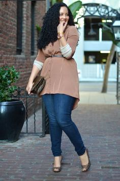 Curvy fashion: denim and belted top. Fashionista: Street Style Fashion and fantastic bag