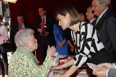 Su Majestad la Reina Letizia conversa con una señora que hizo un donativo a Cruz Roja. Congreso de los Diputados. Madrid, 02.10.2015