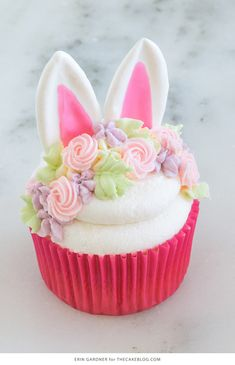 cupcake cakes Easter Bunny Cupcakes - how to make adorable bunny cupcakes with easy chocolate ears and a buttercream flower crown. Easter Bunny Cupcakes, Easter Treats, Easter Cupcake Decorations, Bunny Cakes, Mini Cakes, Cupcake Cakes, Oreo Cupcakes, Cupcake Art, Pumpkin Cupcakes