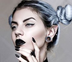 Nu Goth Fashion Tip - Alternative Girl with Ear Piercings, Black Makeup & Pastel Hair Buns Hipster Grunge, Grunge Style, Soft Grunge, Goth Style, Grunge Goth, Le Happy, Grunge Outfits, Makeup Gothic, Nu Goth Makeup