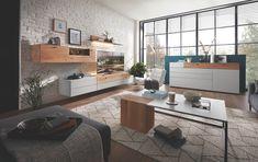 Die geradlinige Formensprache sowie ein Ausführungsmix aus lackierten Flächen plus natürlichen Holz-Akzenten unterstützen den modernen Auftritt der Möbelstücke. Corner Desk, Design, Furniture, Home Decor, Wood Accents, Living Furniture, Homes, House, Corner Table