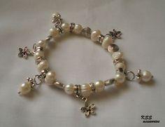 pulsera de perlas con dijes de flor