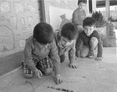 Playing with marbles Old Pictures, Old Photos, Marble Ball, Old Greek, Greek History, Boys Playing, Athens, Black And White Photography, Documentaries
