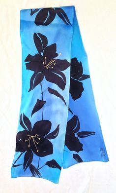 Pintado a mano bufanda de seda negro lirios por SilkScarvesTakuyo