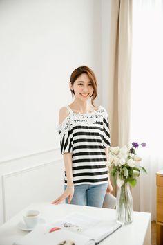 織花裝飾單邊露肩條紋上衣 #Mayuki http://www.tokichoi.com.tw/showProduct.aspx?p=5001271&pmmNo=NEWIN10