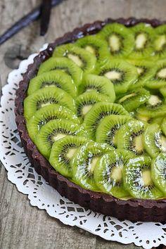 Sur une pâte sablée cacaotée se niche une couche crémeuse de panna cotta vanillée et sur laquelle sont disposées joliment en ronde des mor...