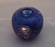 A.D. Copier, Kobaltblauw vaasje met craquelé in banen (collectie Sonoor). Oorspronkelijk in 1935 uitgevoerd in wit craquelé; vanaf 1938 ook in donkerblauw. Hoogte: 7 cm.