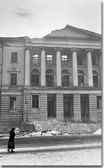 Pommitettu yliopiston päärakennus