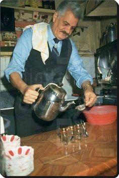 Adana'lı rahmetli sanatçımız Erol Taş.Cankurtarandaki kahvesinde çay hazırlarken..