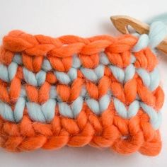 You've probably asked yourself more than once how to achieve a denser and tighter stitch in crochet, so that the final project is warmer or . Crochet Basics, Knit Or Crochet, Cute Crochet, Crochet Stitches, Crochet Hooks, Single Crochet, Crochet Classes, Crochet Videos, Crochet Projects