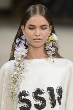 Alexis Mabille Fashion Show Frühling-Sommer 2018 Konfektion - 美少女 - Beaded Earrings, Statement Earrings, Earrings Handmade, Diamond Earrings, Flower Earrings, Pearl Necklace, Necklace Holder, Dainty Necklace, Simple Necklace