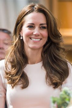 Kate Middleton wore her hair loose with bouncy waves while visiting Cornwall on September Kate Middleton Haircut, Kate Middleton Makeup, Princess Kate Middleton, Brown Hair Inspiration, Wedding Hairstyles, Cool Hairstyles, Queen Kate, Bridesmaid Hair Updo, Glamour Uk