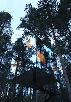 """dezeen: """"Tree Hotel by Tham and Videgard Arkitekter is a mirrored glass box suspended round the truck of a tree Amazing Architecture, Architecture Design, Installation Architecture, Glamping, Treehouse Hotel, Treehouse Living, Magic Treehouse, Sweden House, Glass Boxes"""