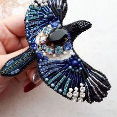 Птица выполнена на заказ #брошь #брошьручнойработы #брошьптица #брошьптичка #вышивкабисером #swarovski #brooch