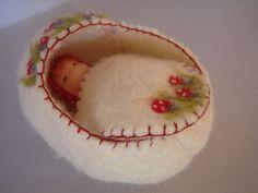 Baby popje in wiegje 11 cm van Poppelien op Etsy, €15.00