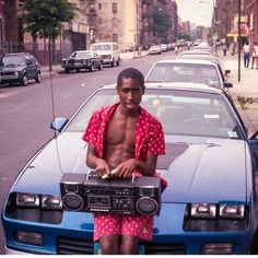A young Tupac Shakur in the streets of Brooklyn : OldSchoolCool Tupac Photos, Tupac Pictures, Eminem Photos, Hip Hip, Fashion Mode, Hip Hop Fashion, Tupac Art, Ropa Hip Hop, Street Photography