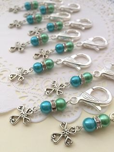 Communion baptism keychain purse clip party favor by buysomelove Handmade Beaded Jewelry, Wire Jewelry, Jewelry Crafts, Jewelery, Bijou Geek, Diy Keychain, Beads And Wire, Jewelry Patterns, Creations