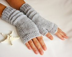 For Beginners How To Start Gray Fingerless Gloves Graue Handschuhe Pink Mittens, Crochet Mittens, Crochet Slippers, Pink Gloves, Grey Gloves, Knitting Yarn, Hand Knitting, Knitting Machine, Beginner Knitting