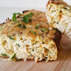 ¡Pastel de pollo y verdura! Está muy rico, os lo recomiendo, en mi casa es siempre un éxito. PASTEL DE POLLO: -1 Pechuga de pollo hervida -1 zanahoria -1/2 calabacin -1/2 pimiento -1 cebolla -Queso bajo en grasa (uso havarti light) -2 huevos -70 gr de claras -Especias al gusto -Orégano Picar muy finito zanahoria, calabacin, cebolla, pimiento Añadimos sal y lo pochamos. Cocinamos el pollo,( yo lo hiervo), reservamos hasta que se enfrie un poco. Una vez el pollo se haya templado lo desm...