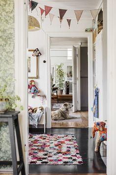 Äntligen får jag visa er bilderna från när jag och Lina kikade in hos min fina bloggkollega Tuva Minna Linn förra året. Detta varma och personliga hem som är så vackert att man smäller av. Och i detta vackra hem bor en vacker och kreativ familj som bara känns så rätt för huset, vilken matchning! Stort tack Minna …