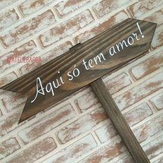 Plaquinha de madeira com seta indicativa, para fincar na grama. Para decorar, para sinalizar, para trazer mais charme ao seu casamento ou sua festa. Aqui só tem amor!