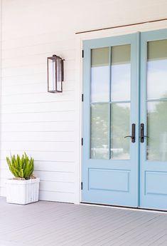 Take it easy, baby Coast Style, Fresh Farmhouse, Farmhouse Furniture, White Houses, Entrance, Architecture Design, Exterior, Windows, Outdoor Decor