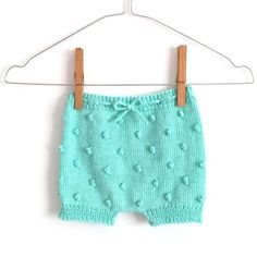 Aprende a tejer un adorable pantaloncito de punto popcorn para bebé con este tutoría paso a paso y patrón gratis incluido.¡Entra y hazlo tu misma!