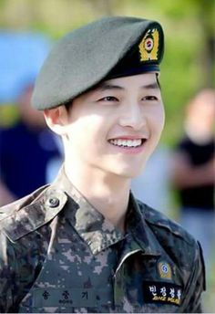 Song Joong-ki as Yoo Shi-jin Descendants of the sun Handsome Actors, Cute Actors, Handsome Boys, Park Hae Jin, Park Seo Joon, Asian Actors, Korean Actors, Song Joong Ki Dots, Soon Joong Ki