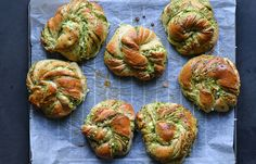 Twisted buns with pesto and white cheese Pretzel Cheese, Cheese Buns, Brioche Recipe, Kale Pesto, Little Lunch, White Cheese, Twist Bun, Food Styling, Baked Goods
