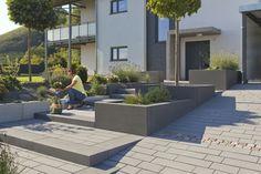 Stimmige Gesamtgestaltung mit Blockstufen, Mauerteilen, Platten und Sitzblöcken von Rinn Natur- und Betonstein. #rinnbeton #gartengestaltung #design
