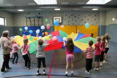 grundschule.ahfs-lemgo - schwungtuch mit luftballons Gross Motor Activities, Gross Motor Skills, Kindergarten Activities, Learning Activities, Preschool Activities, Youth Games, Gym Games, Classroom Birthday, Summer Reading Program