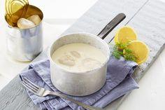 Hvit saus er en god saus i seg selv. I tillegg er den en fin og nøytral basissaus som kan varieres i smak etter hva du skal servere.
