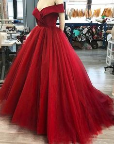 PROM DRESS TO STEAL THE PROM QUEEN TITLE http://www.thebandwagonchic.com/2018/01/prom-dress-to-steal-the-prom-queen-title.html  #simpledress #fashion #fashionblog #fashionblogger #promdress