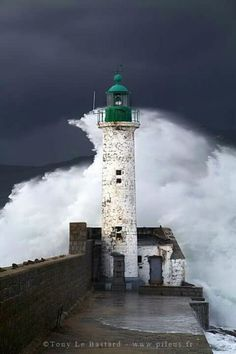 I wish the location was posted, this lighthouse is eye catching !