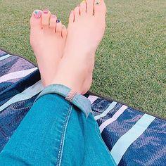 ☆靴も靴下も脱ぎぃー☆ * * シートでゴロリ 気持ちよかったぁーーー てか、寝ちゃったよ💤 * * でも、寒くなったり 暑くなったり 雨降ってきたり いっそがしい天気だったよ * * #裸足 #セルフネイル #夏仕様 #summernails  早く#サンダル 履きたいなっ♪ #gw#日帰り #群馬