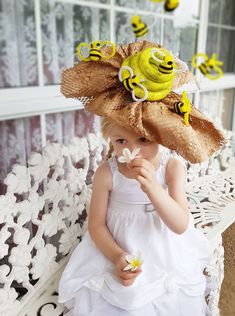 How to make a Bumble Bee Easter Parade Hat - - How to make a Bumble Bee Easter Parade fascinator hat for School. Full picture tutorial and instructions. Amazing craft inspo and Easter DIY ideas. Crazy Hat Day, Crazy Hats, Dinosaur Halloween Costume, Halloween Kostüm, Halloween Costumes, Easter Hat Parade, Wacky Hair Days, Bee Hat, Party Fotos