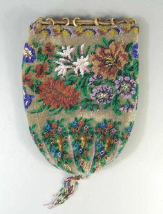 Pompadour mit Perlstickerei, Biedermeier aufwendige florale Perlstickerei, obere Kante mit kleinen
