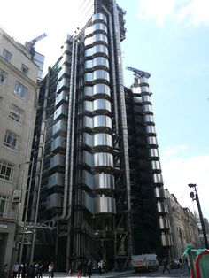 The Inside-Out Building, home of insurance institution Lloyd's of London, was designed by Richard Rogers and built between 1978 - 1986 and was innovative for having services such as electric lines, plumbing, staircases and elevators on the outside so that they could be easily serviced, while leaving an uncluttered space inside. via wikipedia. http://en.wikipedia.org/wiki/Lloyd's_building Photo via kimdykes3996blogspot.com  #Architecture #Lloyds_Building #London #Inside_Out_Building #Richard_...