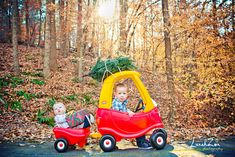 Just loading up the family tree. (Christmas with LZP) - Baby- und Kinderfotografie - Sibling Christmas Pictures, Xmas Photos, Family Christmas Pictures, Christmas Tree Farm, Holiday Pictures, Christmas Minis, Babies First Christmas, Christmas Photo Cards, Christmas Baby