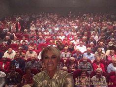 """Dana Winner - favoriete zangeres. Theaterseizoen 2017. Haar theatertour """"Uit bewondering"""". Selfie met de zaal."""
