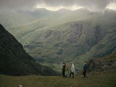 Photo: tourists stroll in snowdonia, the largest national park in wales