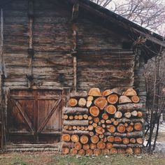 what a fine wood pile. Country Life, Country Living, Country Charm, Old Barns, Cabins In The Woods, The Ranch, Farm Life, Belle Photo, The Great Outdoors