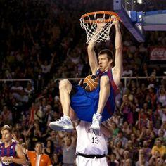 El pívot del Regal FC Barcelona Fran Vázquez efectúa un mate en presencia de un rival del Bizkaia Bilbao Basket