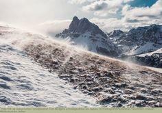 Früh Morgens schneegestöber am Gabler, im Hintergrund Peitlerkofel, Dolomiten, Unesco Weltkulturerbe, Italien