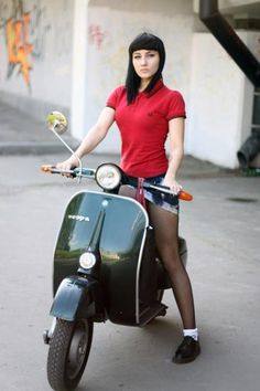 Fred Perry Girl on a Vespa Scooters Vespa, Motos Vespa, Moto Scooter, Piaggio Vespa, Lambretta Scooter, Skinhead Girl, Skinhead Fashion, Skinhead Style, Station Wagon