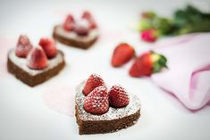 Chocolate brownies in heart form topped with fresh strawberries. Easy in the making but delicious and a perfect mothersday. Chocolate Brownies, Chocolate Desserts, Strawberry Desserts, Snacks, Brownie Recipes, Allrecipes, A Food, Cheesecake, Homemade