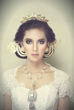 this is one of wedding dress in Javanese culture Javanese Wedding, Indonesian Wedding, Traditional Fashion, Traditional Outfits, Headdress, Headpiece, Ethnic Fashion, Women's Fashion, Princess Hairstyles