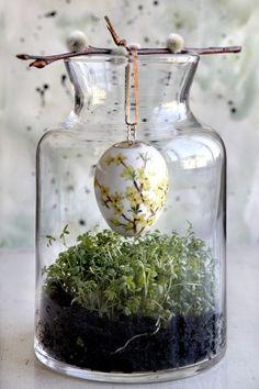 Wow sieht das super aus. Ein wenig Kresse und frische Erde in ein großes Glasgefäß geben und dann ein Osterei darüber an einem Stöckchen aufhängen. Kreative Idee